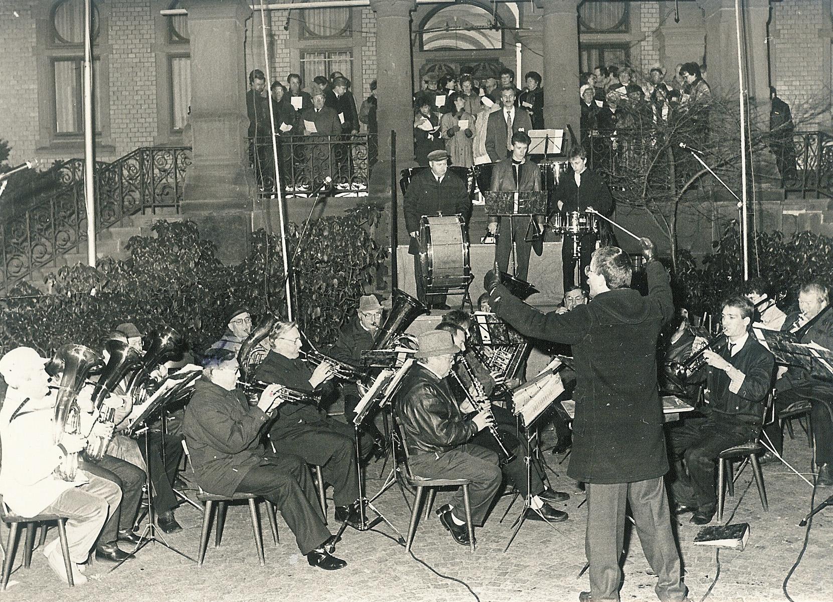 Eine frühe Aufnahme des Musikverein Hünfeld vor dem Rathaus